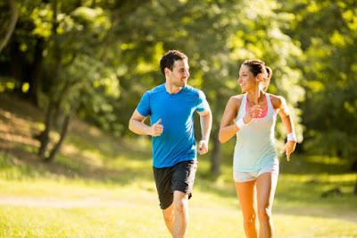 aktivitas kesehatan jantung sepasang kekasih berlari bersama
