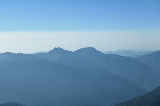 笊ヶ岳(中央左)と布引山(その右)