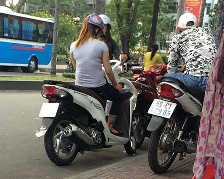 Hai co gai ban dam dung xe canh mot thanh nien lam nhiem vu canh chung Anh HT
