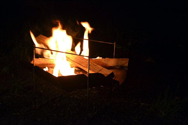何がなんでもキャンプだし https://campdaisuki.blog.fc2.com/ ピコグリル 焚火