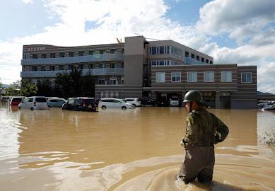 """被災者には綺麗な水、自身は泥水で顔を洗う姿が…高速道路さえ使えない""""忍耐のヒーロー""""自衛隊の凛々しき制服姿に思う"""