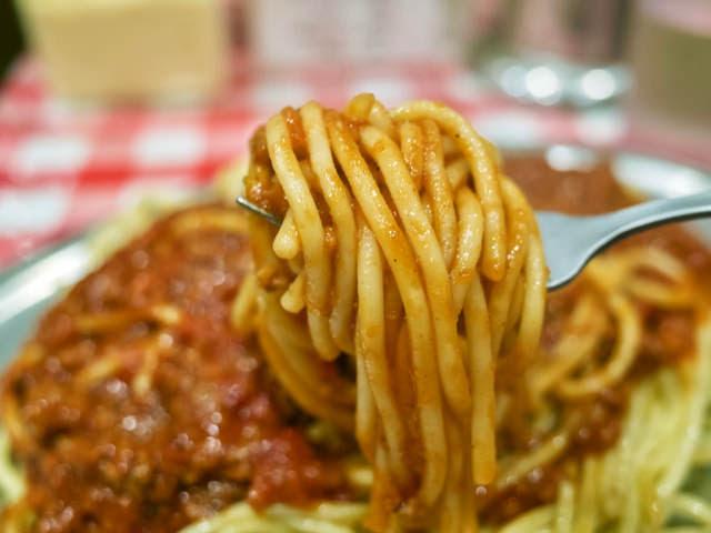 太麺のスパゲッティをフォークで巻いてみた。