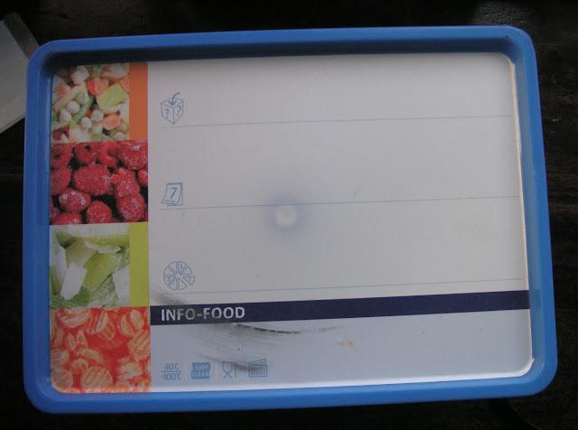 1. Boîte de stockage (boîte alimentaire blanche à couvercle bleu, Monoprix) : 21 cm x 15 cm, hauteur 10 cm