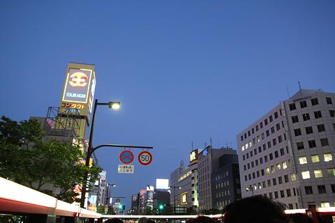 西日本鉄道「福岡オープントップバス」 赤塗装 福岡きらめき夜景コース 夜の天神・渡辺通り