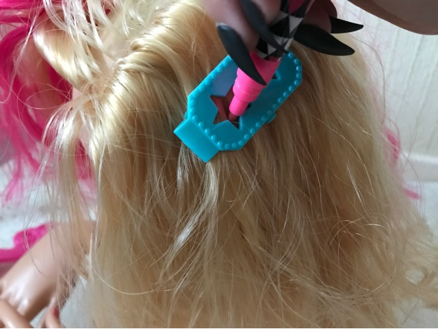 barbie-deluxe-colour-specialist-styling-head-stencil