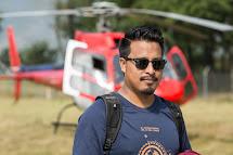 Nepálský tým Člověka v tísni s pomocí vrtulníku dopravuje pomoc i do odříznutých horských oblastí. Suedip Joshi, programový manažer Člověka v tísni v Nepálu. (Foto: Petr Pospíchal)