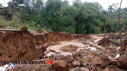 Longsor di Kampung Cimanggu RT 02/06, Desa Ciheulang Tonggoh, Kecamatan Cibadak, Kabupaten Sukabumi// Foto : Isep Panji