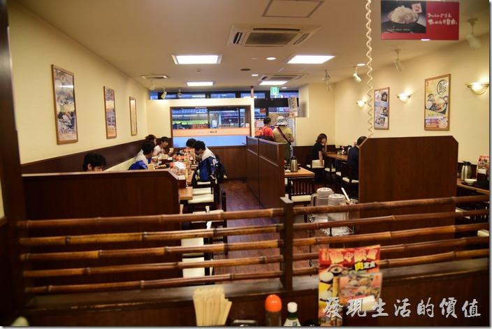 日本-街角屋平價和食定食料理。【街角屋(街かど屋)】的店內情形。