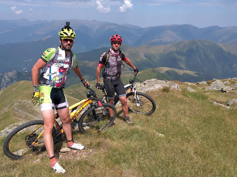 Poza de echipa inainte de a incepe sa caram bicicletele la vale pe prima parte a coborarii spre Curmatura Oticu.