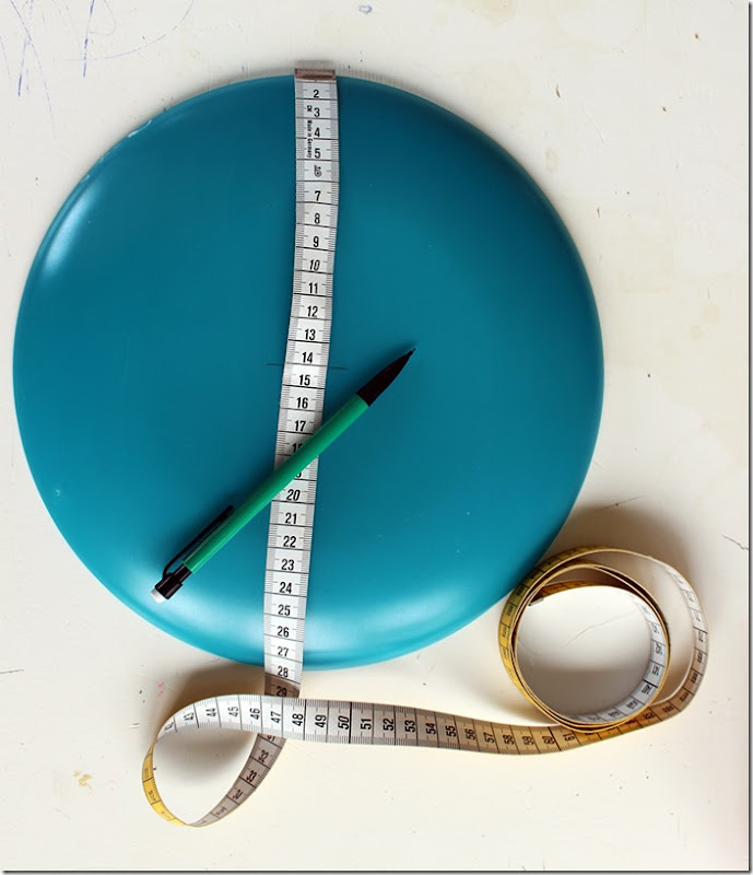 Upp-å-ner vänd tallrik med måttband och penna