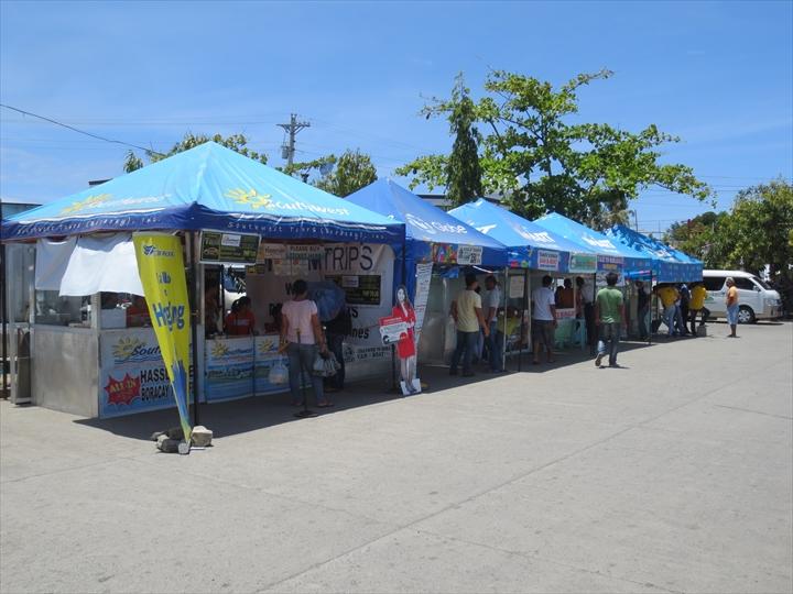 カリボ空港前のボラカイ島までのチケット売り場