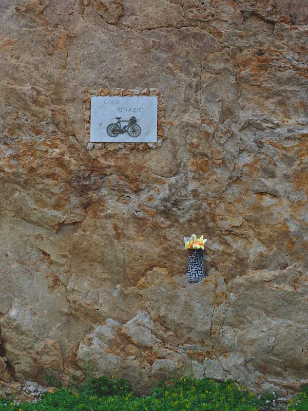 Un memorial dragut si discret, si imi imaginez ca de fiecare data cand cei inca in viata trec pe langa el isi aduc aminte de Ignazio.