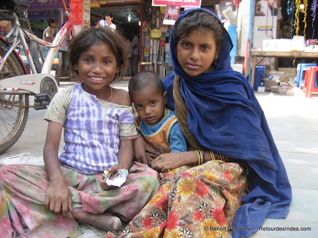 Jeunes mendiants en train de manger du chocolat, Delhi