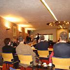 Uit handen van burgemeester Van der Zwan kreeg Rudie de gouden medaille voor het redden van zijn pake op 8 aug. vorig jaar.