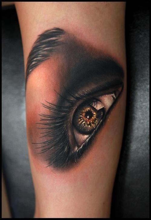 olhos_brilhantes_braço_de_tatuagem