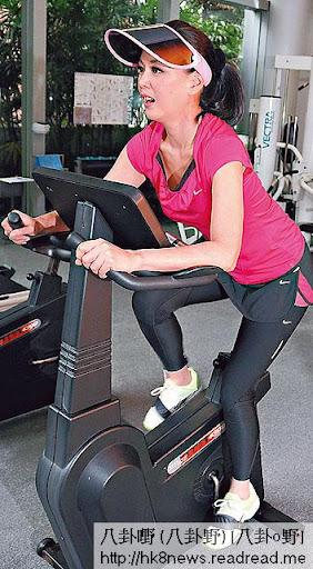 踩單車消脂 <br><br>為了達到瘦身效果,王馨平狂做帶氧運動,經常霸住跑步機與單車機,「平時我會邊聽音樂邊做運動,時間好易過。」操到鎖骨都現,總算有成績。
