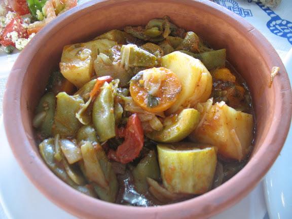 Potaje de judías verdes y patatas con tomate en la taberna del puerto de Kato Koufunissi
