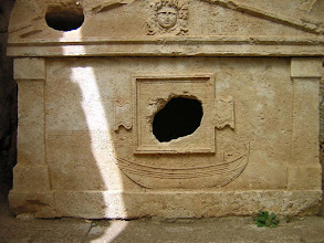 Photo: Vaulted Sarcophagus from 2nd century AD built for captain Eudemos with relief of a galley ********** Gewelfde Sarcofaag uit de 2de eeuw van kapitein Eudemos met relief van een galei.
