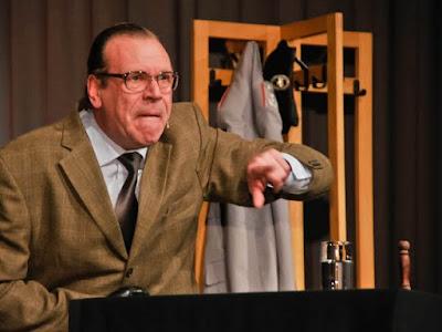 Zorn und Empörung sind sein Testosteron-Ersatz, wenn sich Georg Schramm als Rentner Lothar Dombrowski in Rage redet.