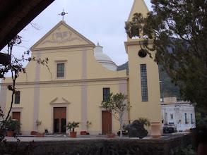 Photo: L'église de Stromboli, au centre du village