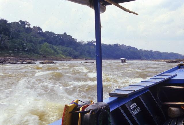 Navigation sur la Tambopata. Août 2004. Photo : J.-M. Gayman