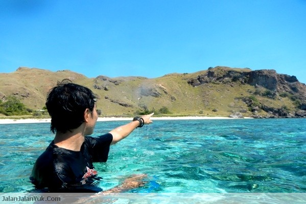 Air di Laut Pulau Komodo Bening Banget kan?