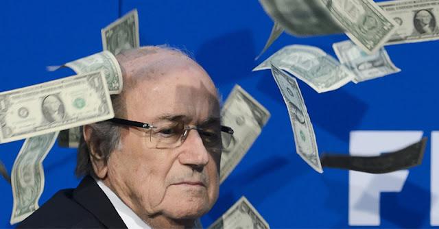 Comediante Lee Nelson atira dinheiro a Sepp Blatter