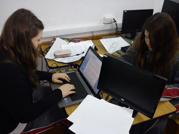 Alumnos de Galileo trabajando en computadoras