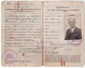 Paspoort, afgegeven op 1 juli 1942 in Enschede. Met Duitse stempel Keine Bedenken.