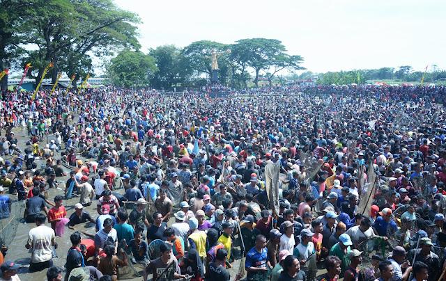 Pesta Rakyat Memet Iwak, Ribuan Orang Tumpah Ruah Di Kolam Desa Gemblegan