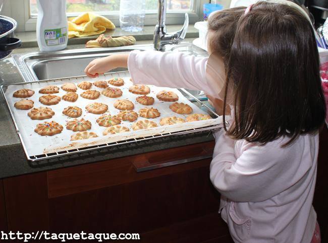Paola ayudándome a decorar galletas este verano en La Coruña