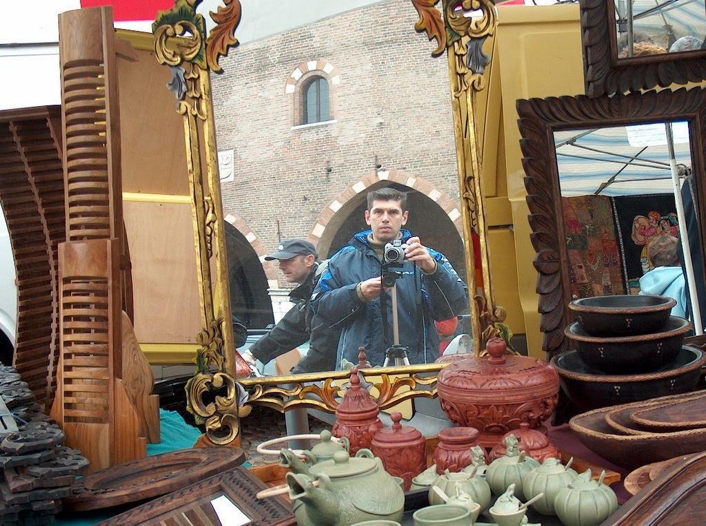 Посреди всяческих древностей на барахолке в Mantova, Italy