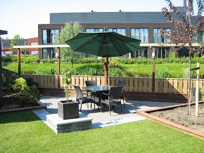 Tuin met vlonder aan de waterkant in Tilburg