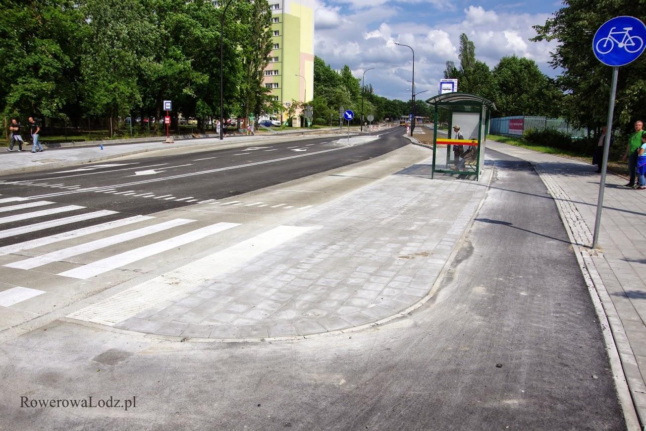 Rowerówka omija peron przystanku autobusowego