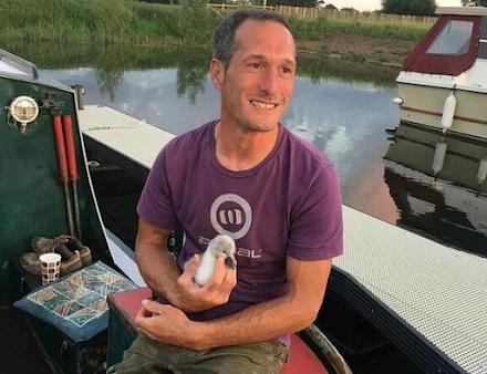 Άνδρας έφτιαξε σχεδία για σώσει έναν άτυχο κύκνο και τη φωλιά του