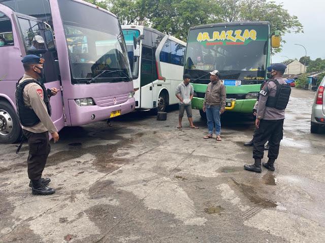 Kunjungi Terminal Banjar, Patroli Batalyon B Pelopor Sosialisasikan Protokol Kesehatan Kepada Para Sopir Bus