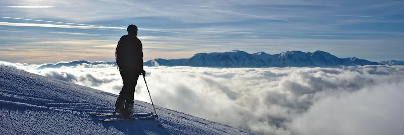 Pe varful Neamtului, cu marea de nori la picioare.