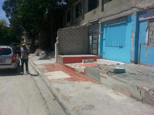 Barahona: Comerciantes que fueron afectados con el derrumbe de una pared piden ayuda del Gobierno