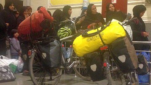 Wartende Passagiere und Fahrräder im Fährhafen von Bandar Abbas, Valfajr-Ferry to Sharjah, UAE