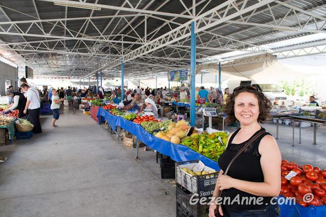 cumartesi günleri kurulan Gökova pazarında dolaşırken, Muğla