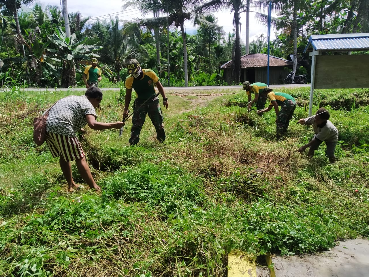 Satgas Yonif MR 413 Kostrad Peduli Kebersihan di SD Inpres Yowong