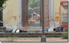 Migranti che dormono per strada