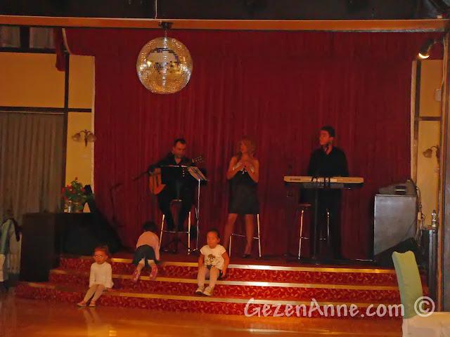 Bolu'daki Koru Otel'de akşam yemeği müziği