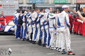 The new rivalry - the Audi and Toyota squads gather before the start (PHOTO: Toyota Motorsport)