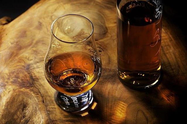 De cada RD$100 que se destinan a la compra de una botella de ron, 70 son de impuestos; incentiva la fabricación de bebidas adulterada