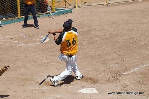 Heriberto Sánchez bateando por Amigos en el softbol dominical