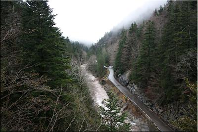 Abajo dejamos la carretera y el río