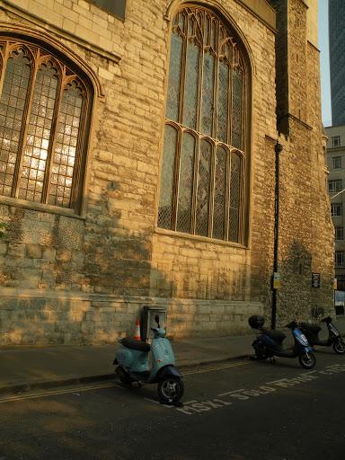 Закат. Скутеры возле церкви.