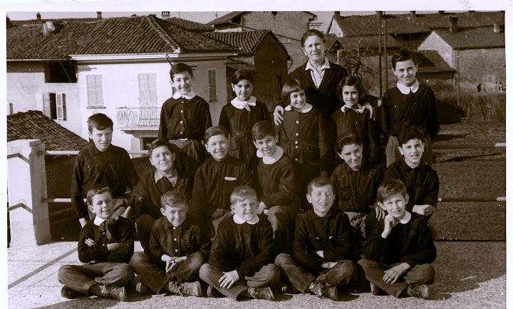 1957 - V elementare - maestra francesca oddino - beppe, angelina, camilla, ginetta, ernestino, beppe, gianni, paolo, claudio, filippo, aldo, gianni, angelo, carlo, michelino, franco