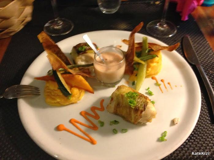 Рыба в цикории с печеными овощами и крем-суп
